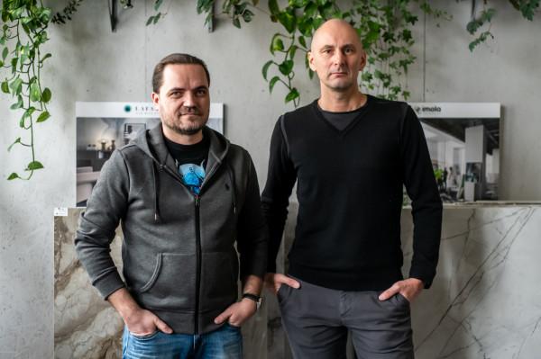 - Żyjemy w czasach, kiedy nowe zmienia świat. Trzeba cały czas być na bieżąco, wykorzystywać możliwości, jakie przynosi rzeczywistość - twierdzą Bartosz Borowski i Adam Grzeszczak, właściciele ZAPP Aranżacje.