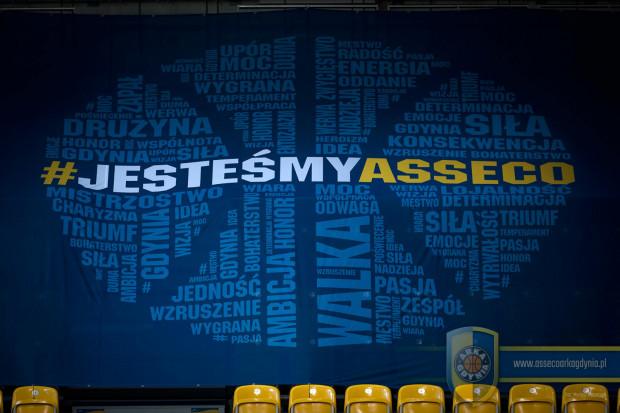 Sektorówka Klubu Kibica zakrywa część pustych krzesełek na meczach koszykarzy Asseco Arki Gdynia.