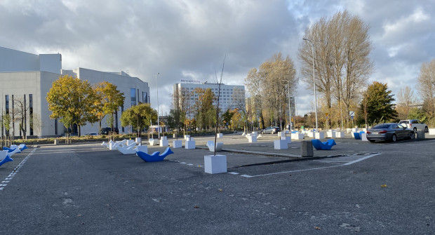 W ostatnich dniach postawiono na placu drzewa, w przyszłości mają pojawić się ławki.