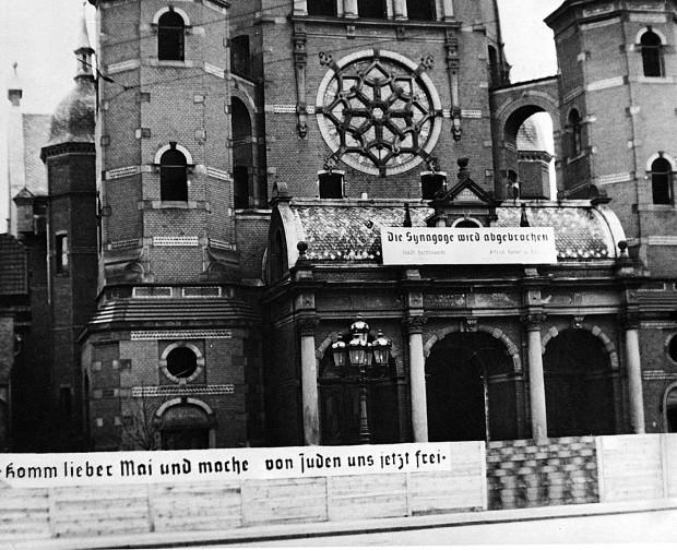 Burzenie synagogi. Zdjęcie wykonane w maju 1939 r. tuż przed rozpoczęciem prac rozbiórkowych przed Wielką Synagogą.