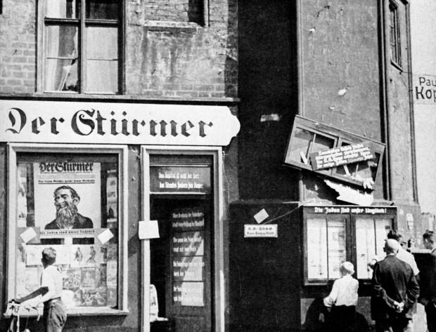 """Punkt sprzedaży niemieckiego brukowca, skrajnie antysemickiego pisma """"Der Stürmer"""" w centrum Gdańska, na Długim Pobrzeżu, koniec lat 30. XX w."""