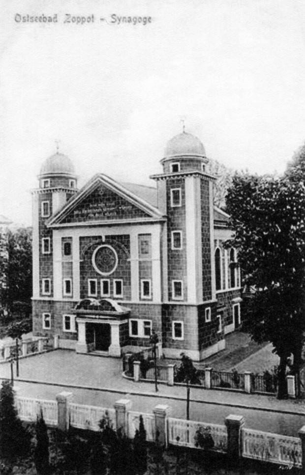 Pocztówka przedstawiająca zbudowaną w latach 1913-1914 synagogę w Sopocie przy ówczesnej Roonstrasse, dziś ul. J. Dąbrowskiego.