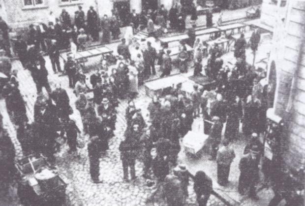Puste stragany żydowskich handlarzy na jednej z ulic Gdańska, przepędzonych przez nazistowskich bojówkarzy 22 października 1937 r.