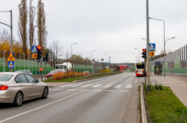 Skrzyżowanie Trasy Słowackiego - Srebrniki. Po lewej zamontowano nowy maszt z sygnalizacją dla kierowców. Dotychczas sygnalizacja znajdowała się tylko po prawej stronie.