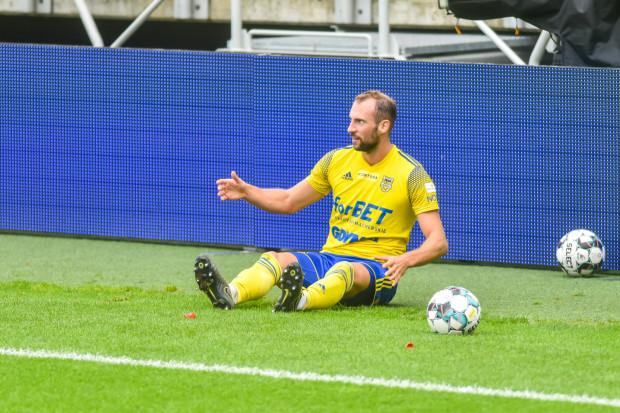 Arkadiusz Kasperkiewicz z powodu kontuzji kolana nie dokończył meczu w Nowym Sączu. To jeden z pięciu piłkarzy Arki Gdynia, których udział w spotkaniu z GKS Bełchatów stoi pod znakiem zapytania.