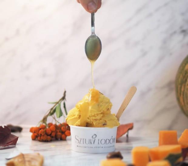 Cukiernia Le Delice oferuje zamówienie lodów z dostawą do domu.
