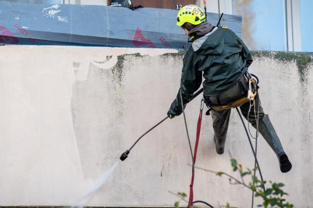 Czyszczenie elewacji falowca w Nowym Porcie odbywa się przy użyciu myjek ciśnieniowych.