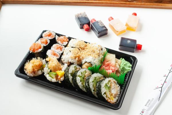 """Tym razem zamówiłam do domu cztery zestawy sushi od czterech """"suszarni"""" w Trójmieście. Na zdjęciu: set od Hashi Sushi w Gdyni."""