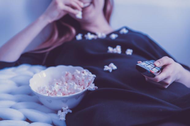 Z powodu pandemii kina są obecnie zamknięte, ale nic nie stoi na przeszkodzie, by maraton filmowy zorganizować we własnym domu.