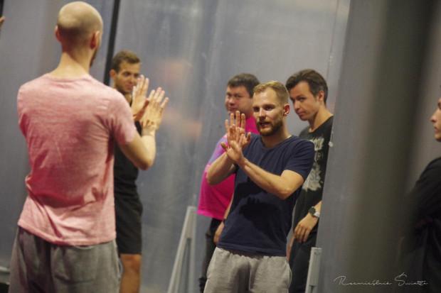 """Michał Cyran w trakcie prób do musicalu """"Hairspray"""" w Teatrze Muzycznym w Gdyni. """"Niebezpieczny jest też fakt, że artyści, technicy i w ogóle cała rzesza osób pracujących w kulturze w tej chwili już naprawdę nie ma z czego żyć""""."""