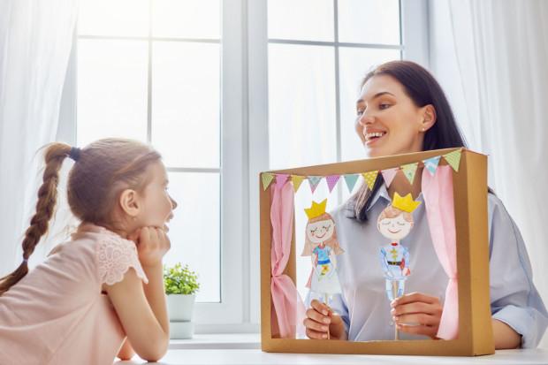 Jeżeli przebywamy z dzieckiem w domu, warto przeznaczyć ten czas na czytanie, śpiewanie, wymyślanie historii lub rozwiązywanie łamigłówek.