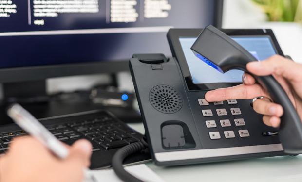 Decyzją Głównego Inspektora Sanitarnego powiatowe i wojewódzkie stacje nie udzielają już informacji przez telefon. W każdej sprawie trzeba kontaktować się z sanepidem przez ogólnopolskie Centrum kontaktu.