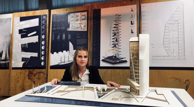 Agata Morawczyńska przy makiecie swojego projektu.