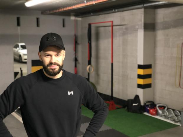 Igor Kaczyński stracił możliwość prowadzenia treningów indywidualnych w klubie fitness. Miejsce do przyjmowania podopiecznych stworzył sobie w hali garażowej.