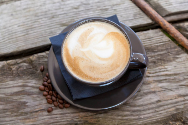 Kawa i ciasto. To klasyczne połączenie może przywrócić uśmiech na twarzy.