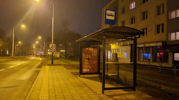 Wiata przystankowa na placu Komorowskiego we Wrzeszczu wcześniej stała w okolicach stadionu piłkarskiego w Letnicy.