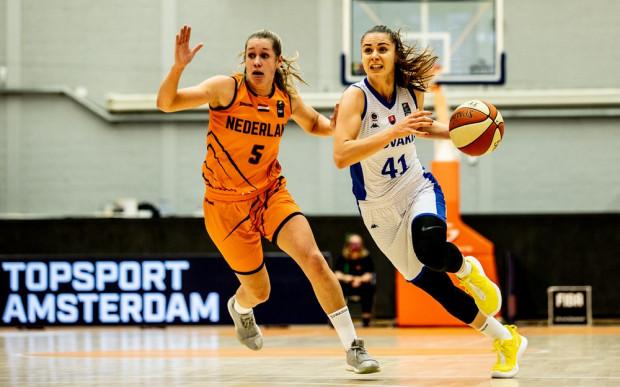 Barbora Balintova (z prawej) poprowadziła reprezentację Słowacji do zwycięstwa z Holandią (84:64). Koszykarka VBW Arki Gdynia zdobyła 20 punktów i zaliczyła 8 asyst.