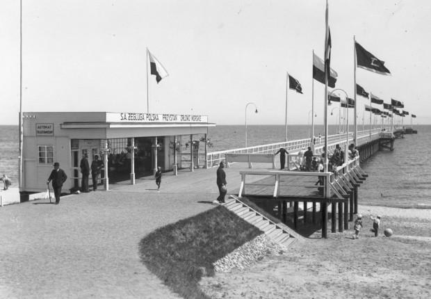 Na molo można było wypić kawę w kawiarence z widokiem na morskie fale. Zdjęcie pochodzi z okresu 20-lecia międzywojennego.