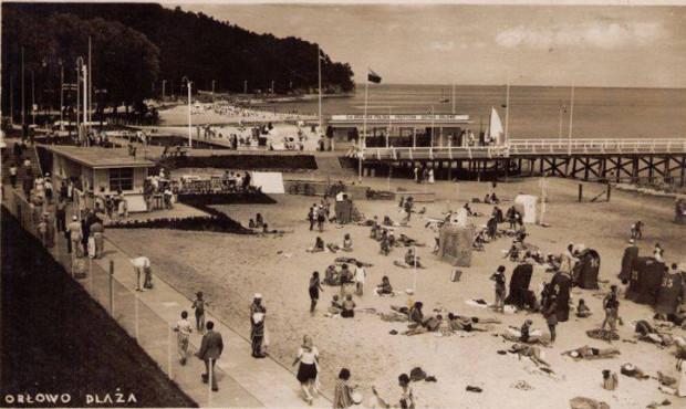 Plaża w Orłowie zyskiwała na popularności także dzięki polityce. Pobliski Sopot należał bowiem do Wolnego Miasta Gdańska. Zdjęcie pochodzi z okresu 20-lecia międzywojennego.