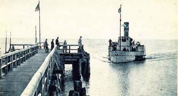 Początkowo molo w Orłowie nie było tylko spacerowym pomostem, ale przystanią dla statków białej floty. Zdjęcie pochodzi z okresu 20-lecia międzywojennego.