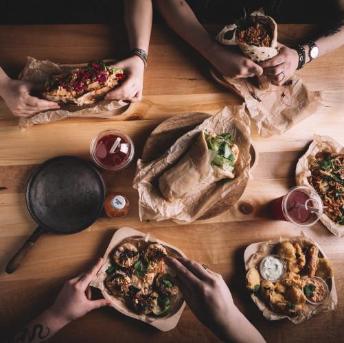 Szama'n w Food Hall Metropolia stawia na ekologiczne rozwiązania. Na zdjęciu: drewniane talerze i podstawki.