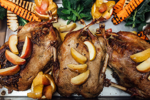 Z restauracji Tabun przez cały listopad można zamawiać takie smakołyki jak gęsina czy rogale z białym makiem.
