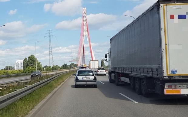 Ciężarówka zatrzymała się na środku jezdni tuż przed wjazdem na most wantowy (zdjęcie ilustracyjne).