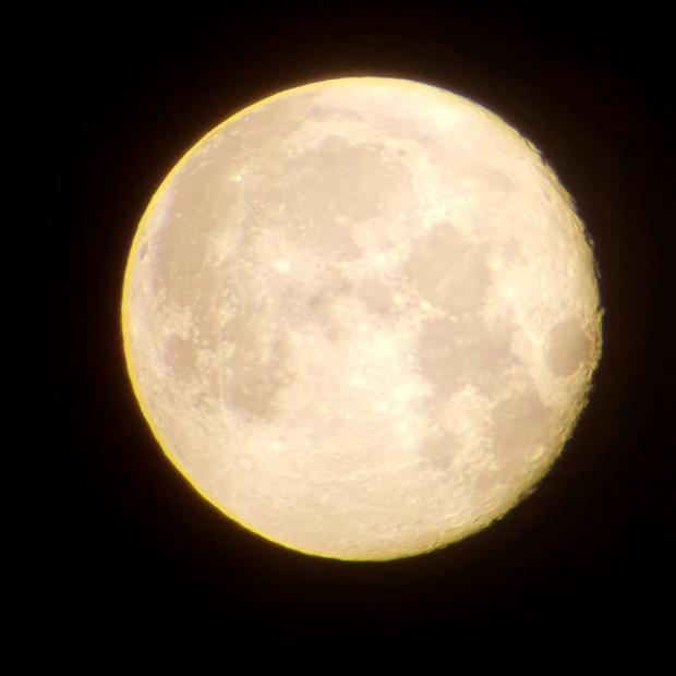 Księżyc w pełni widziany przez amatorski teleskop. W pełni będzie widoczny za dwa tygodnie, 30 listopada.