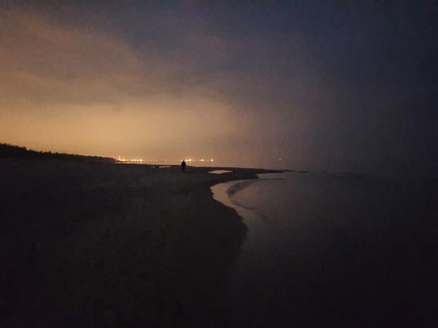 """Ponieważ niebo nad Trójmiastem jest """"zanieczyszczone"""" światłem, podczas obserwacji nocnego nieba trzeba szukać jak najciemniejszych miejsc. Nz. plaża w Sobieszewie."""