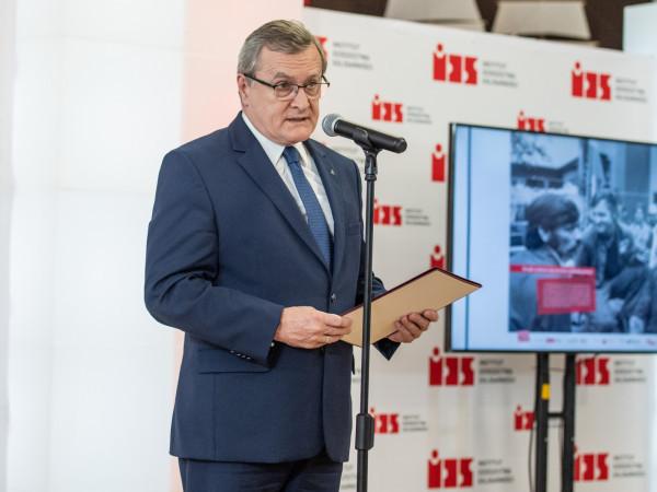 Wicepremier, minister kultury, dziedzictwa narodowego i sportu Piotr Gliński 15 listopada poinformował o wstrzymaniu wypłat z Funduszu. Zwrócił uwagę, że resort musi najpierw wyjaśnić wszystkie wątpliwości.
