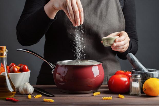 Sól wydobywa smak potraw, ale w dużych ilościach nie służy zdrowiu. Jak stosować ją mądrze?