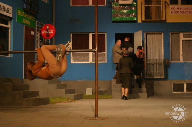 """""""Fantasy"""" Jana Klaty rozgrywał się w scenografii przedstawiającej falowiec oraz podwórko na blokowisku."""