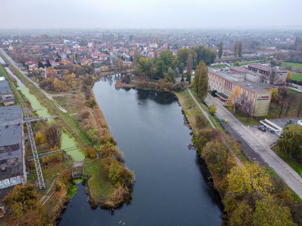 Miejsce połączenia Kanału Rudnickiego z Opływem Motławy. Widok w stronę Olszynki. Po prawej Zespół Szkół Samochodowych.