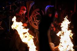Zespół jak zwykle dobrze zadbał o scenografię - na scenie nie brakowało dymu i ognia.