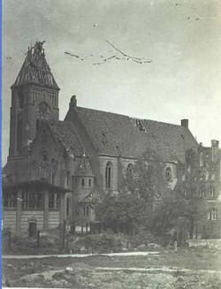 Ten sam kościół zniszczony w czasie walk w styczniu 1945 roku.