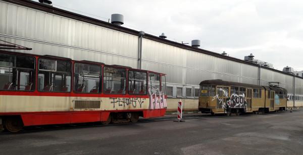 Dwa pomazane przez wandali tramwaje stoją na terenie zajezdni autobusowej przy al. Hallera w Gdańsku.