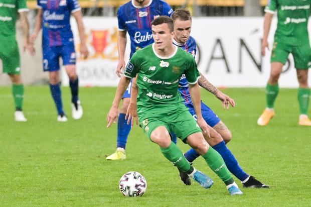 Egzon Kryeziu zagrał w młodzieżowej reprezentacji Słowenii w meczu z Rosją (2:2). Po powrocie do Gdańska pomocnika czeka test na obecność wirusa SARS-CoV-2.