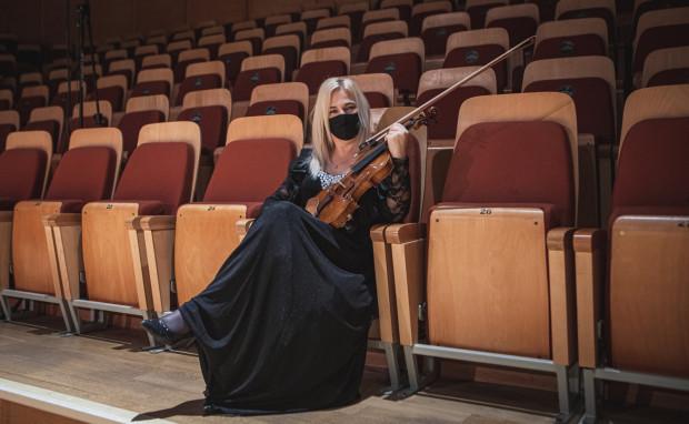 - Artysta to też człowiek, który ma prawo się bać, i ja się boję. Nie czułabym się w obecnej sytuacji epidemiologicznej komfortowo, grając dla pełnej sali. Musimy ten trudny okres przeczekać - mówi Natalia Walewska, od 20 lat koncertmistrz Orkiestry Polskiej Filharmonii Bałtyckiej. Obecnie koncerty w PFB odbywają się przy pustej widowni. Muzycy, jeśli to możliwe, grają w maskach.