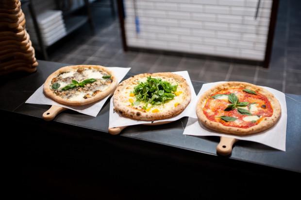 Jaka pizza jest najlepsza? Świeża, włoska, na cienkim cieście z ręcznie rozgniatanymi pomidorami i bawolą mozzarellą, amerykańska - na supergrubym cieście z podwójnym serem, a może ta zamawiana z osiedlowej pizzerii?