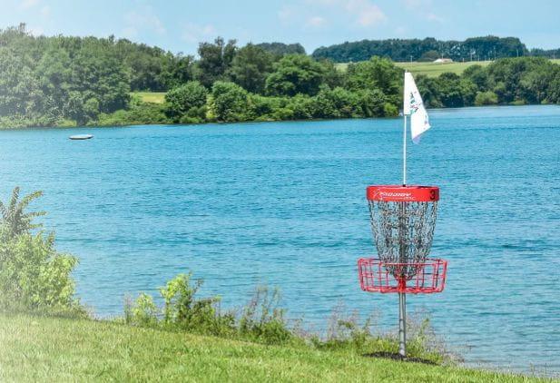 Jednym z elementów do gry w disc golfa jest metalowy kosz z łańcuchami, do którego wrzuca się dysk.