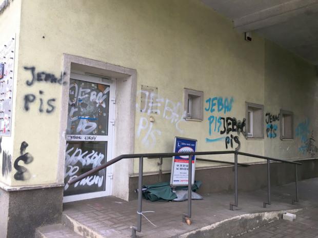 Niecenzuralne napisy na elewacji biur poselskich PiS w Gdańsku. Ich usunięciem powinien zająć się właściciel budynku, a nie miasto.