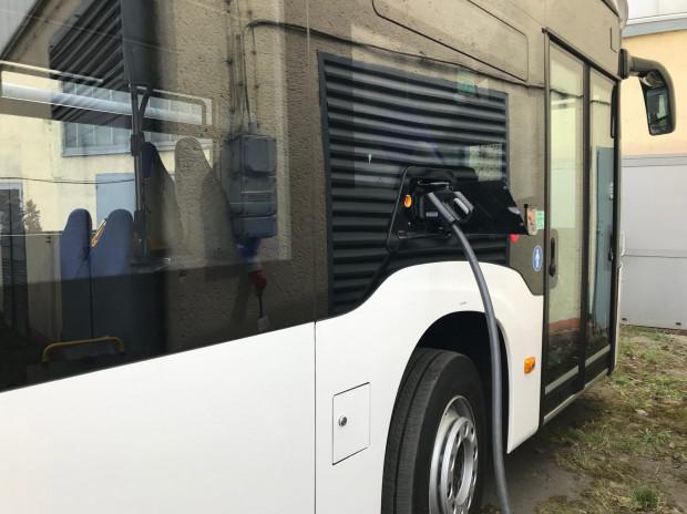 Ładowanie autobusu przy użyciu stacjonarnych ładowarek.