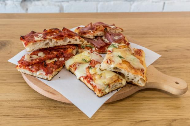 Pizzę rzymską, serwowaną na kawałki, zjemy m.in. w gdańskim 01 Pizzarium.