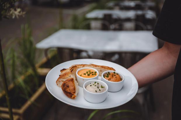 Patè di verdure, czyli focaccia podawana z pastami z trzech rodzajów warzyw: marynowanej papryki, bakłażana i suszonych pomidorów. Propozycja restauracji Serio.