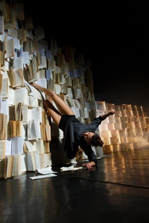 """Jednym zagranicznych akcentów będzie transmitowany z Teatro Verdi w Pizie """"Hamlet"""" formacji ImPerfect Dancers Company z Włoch, który zobaczyć będzie można online 25 listopada."""