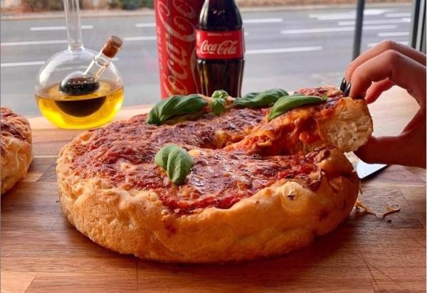 Amerykańska pizza prosto z Chicago jest nowością w menu gdyńskiej restauracji POP in.