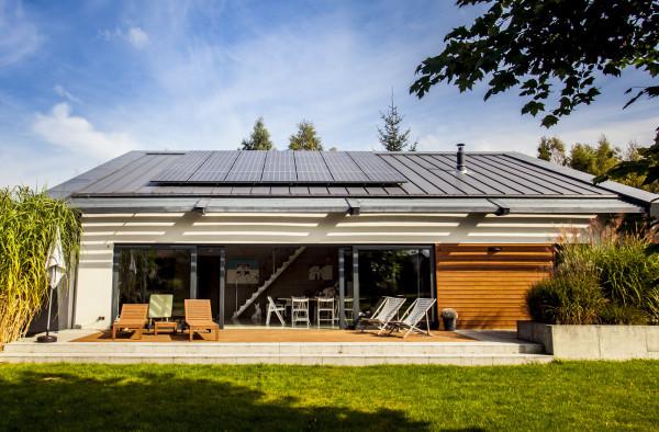 Ładowanie samochodów elektrycznych przy wykorzystaniu energii z paneli fotowoltaicznych - to przyszłość.