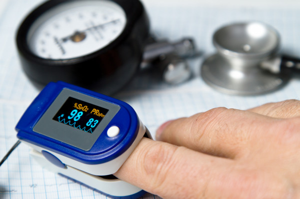 Chorzy na COVID-19 póki to możliwe leczą się w domu. Pulsoksymetr jest prostym urządzeniem diagnostycznym, które pomoże nadzorować ich stan.
