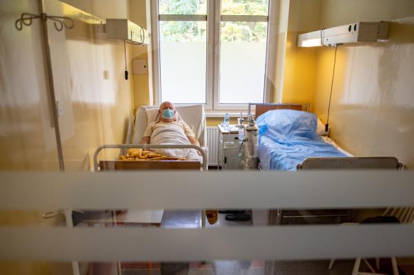 Analiza wyników pulsoksymetru ma posłużyć do oceny tego, czy osoba chorująca na COVID-19 w domu powinna poddać się hospitalizacji i terapii tlenowej, czy nie ma takiej potrzeby. Na zdj. pacjent Wojewódzkiego Szpitala Zakaźnego w Gdańsku.