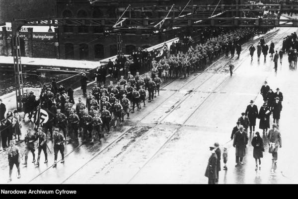 Hitlerowcy uwielbiali maszerować i nie mieli z tym problemu, gdy panowała ładna pogoda. We mgle zdarzało im się jednak pogubić jak dzieciom. Nz. pochód oddziałów SA w Wolnym Mieście Gdańsku.